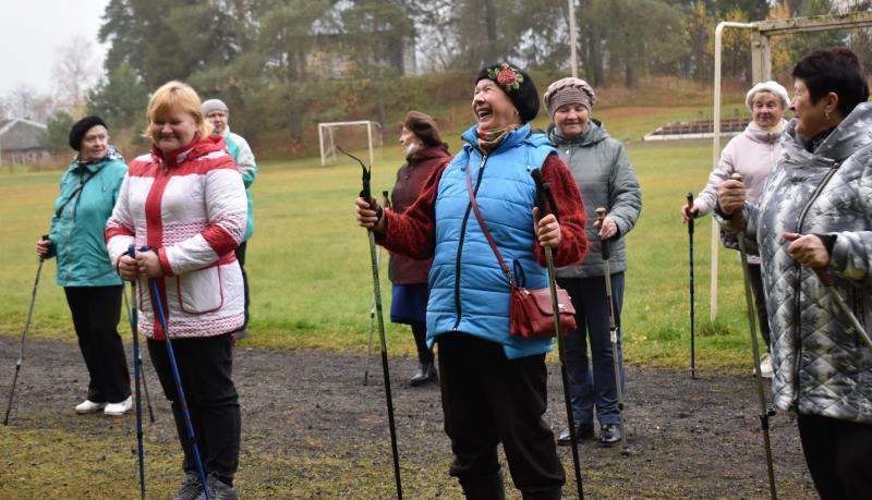 Ветераны Бокситогорского и Тихвинского районов осваивают скандинавскую ходьбу в рамках проекта «Поможем каждому сердцу»